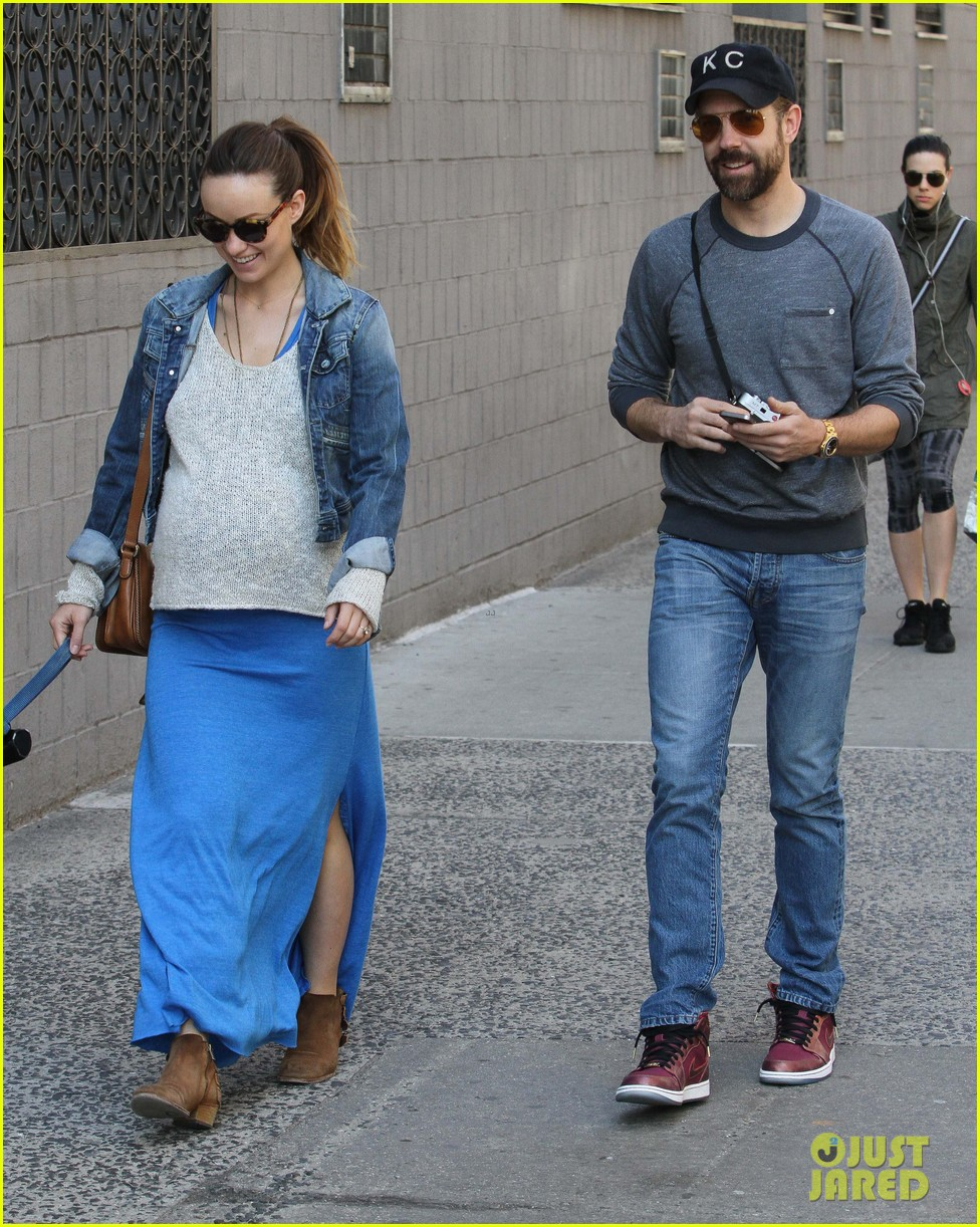 olivia wilde growing baby bump dog walk 01