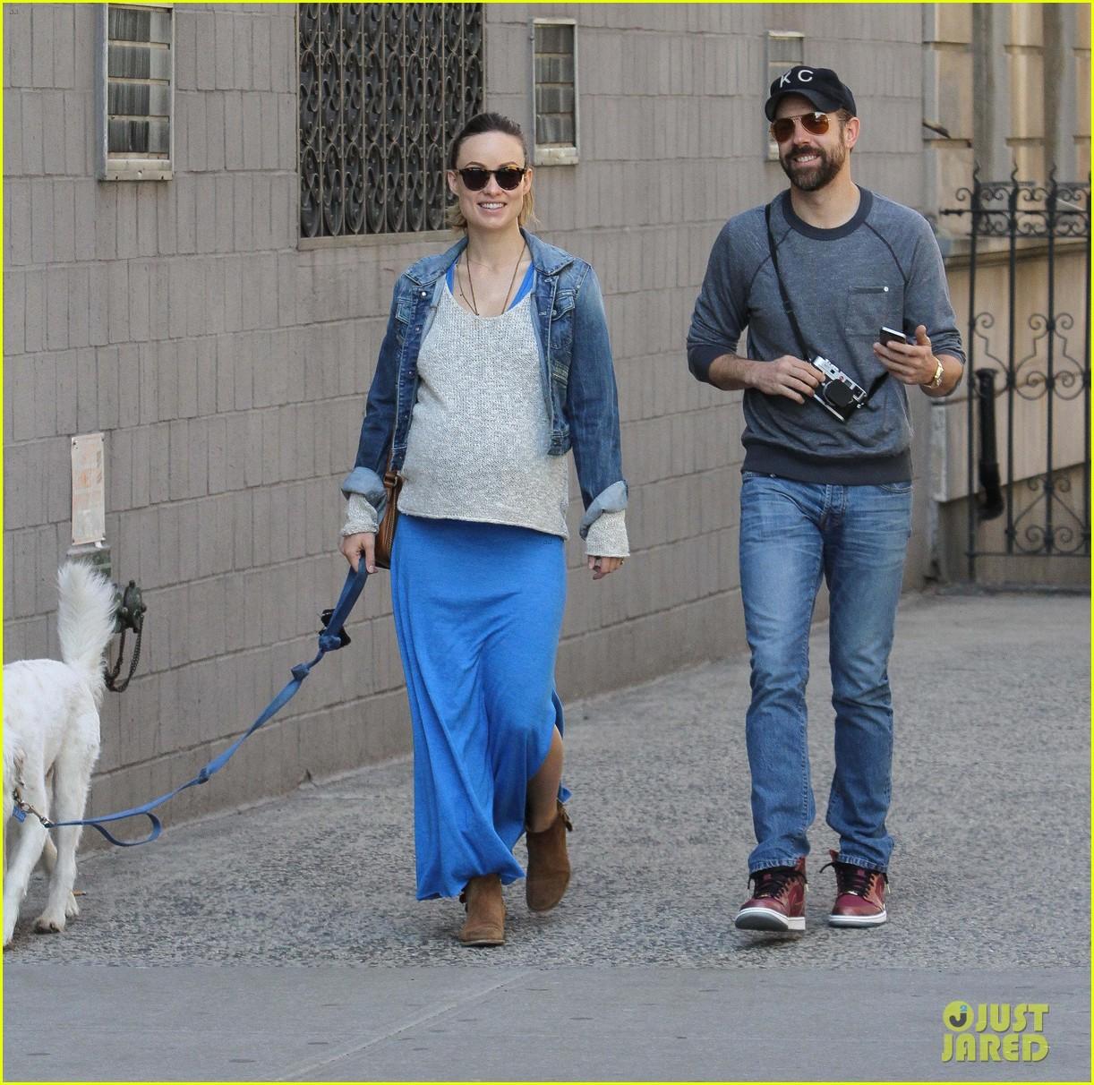 olivia wilde growing baby bump dog walk 083092182