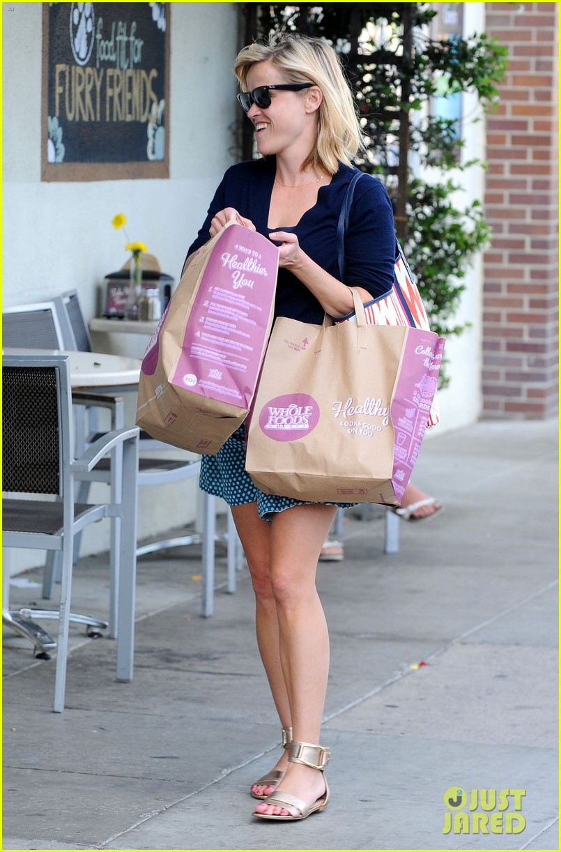 reese witherspoon makes a funny face at pals birthday party 243101113