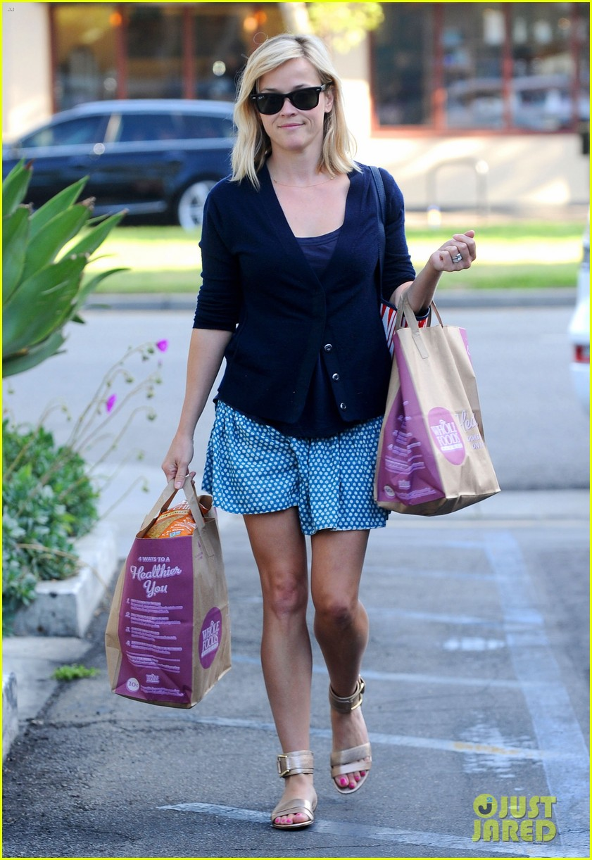 reese witherspoon makes a funny face at pals birthday party 26