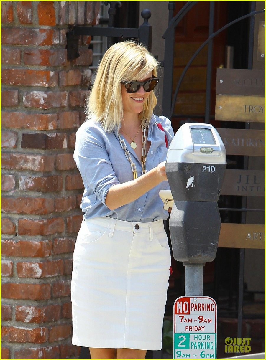 reese witherspoon epitome of spring fashion 043087064