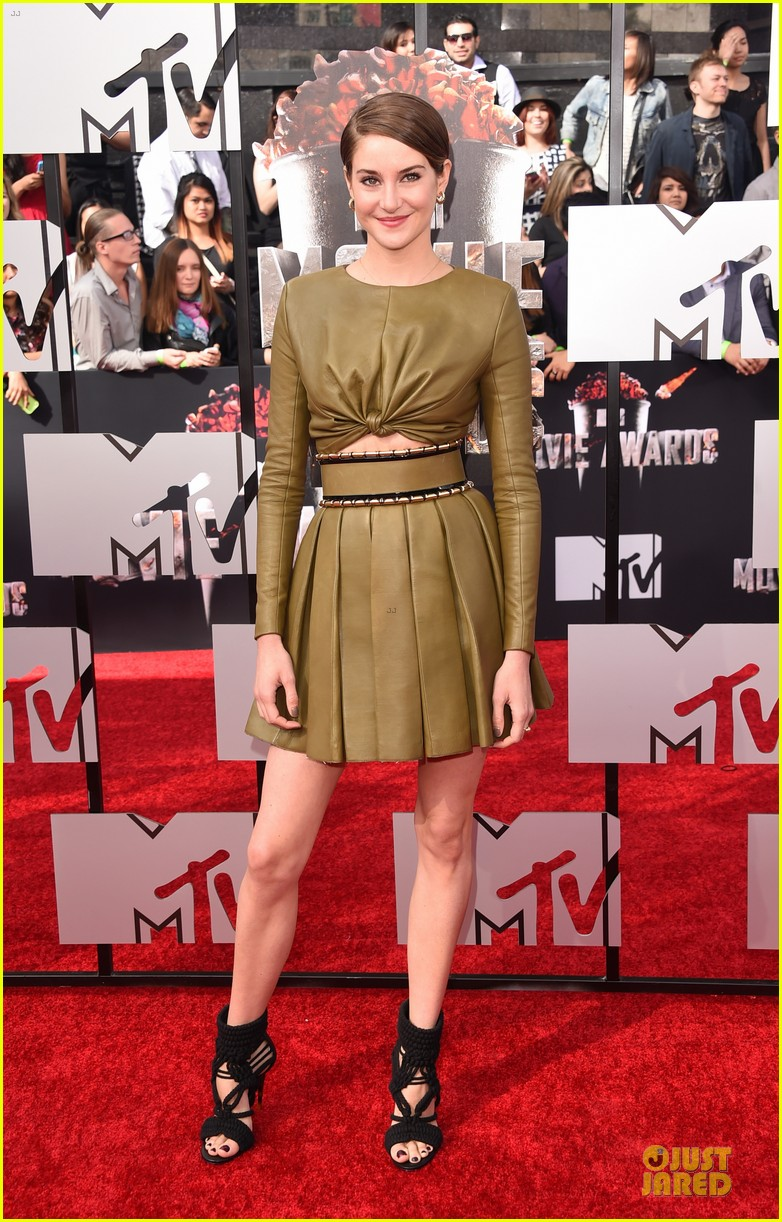 shailene woodley bares midriff at mtv movie awards 05