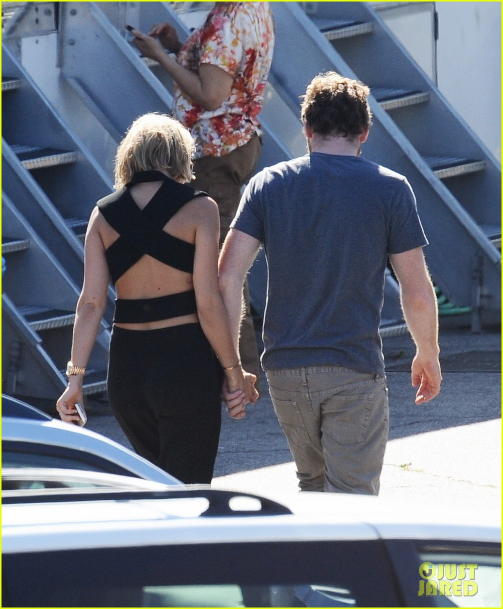 sam worthington visit from lara bingle on cake set 05