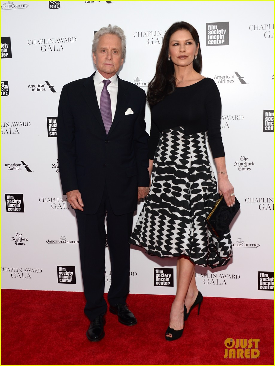 catherine zeta jones michael douglas hold hands red carpet 05