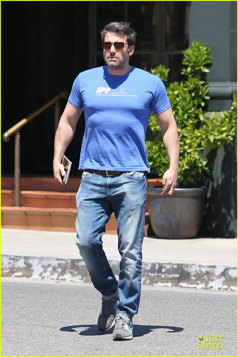 ben affleck buff body in tight tee 013112845