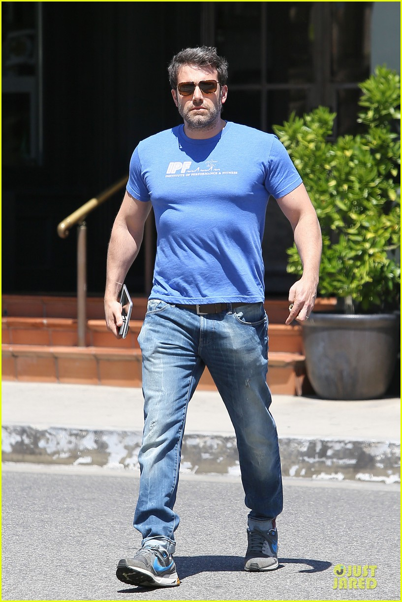ben affleck buff body in tight tee 17
