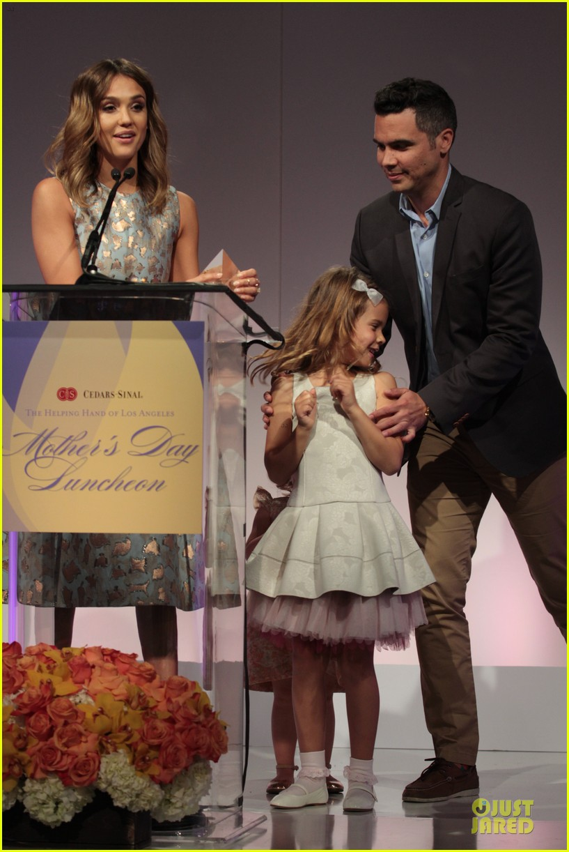jessica alba mother of the year at luncheon 03