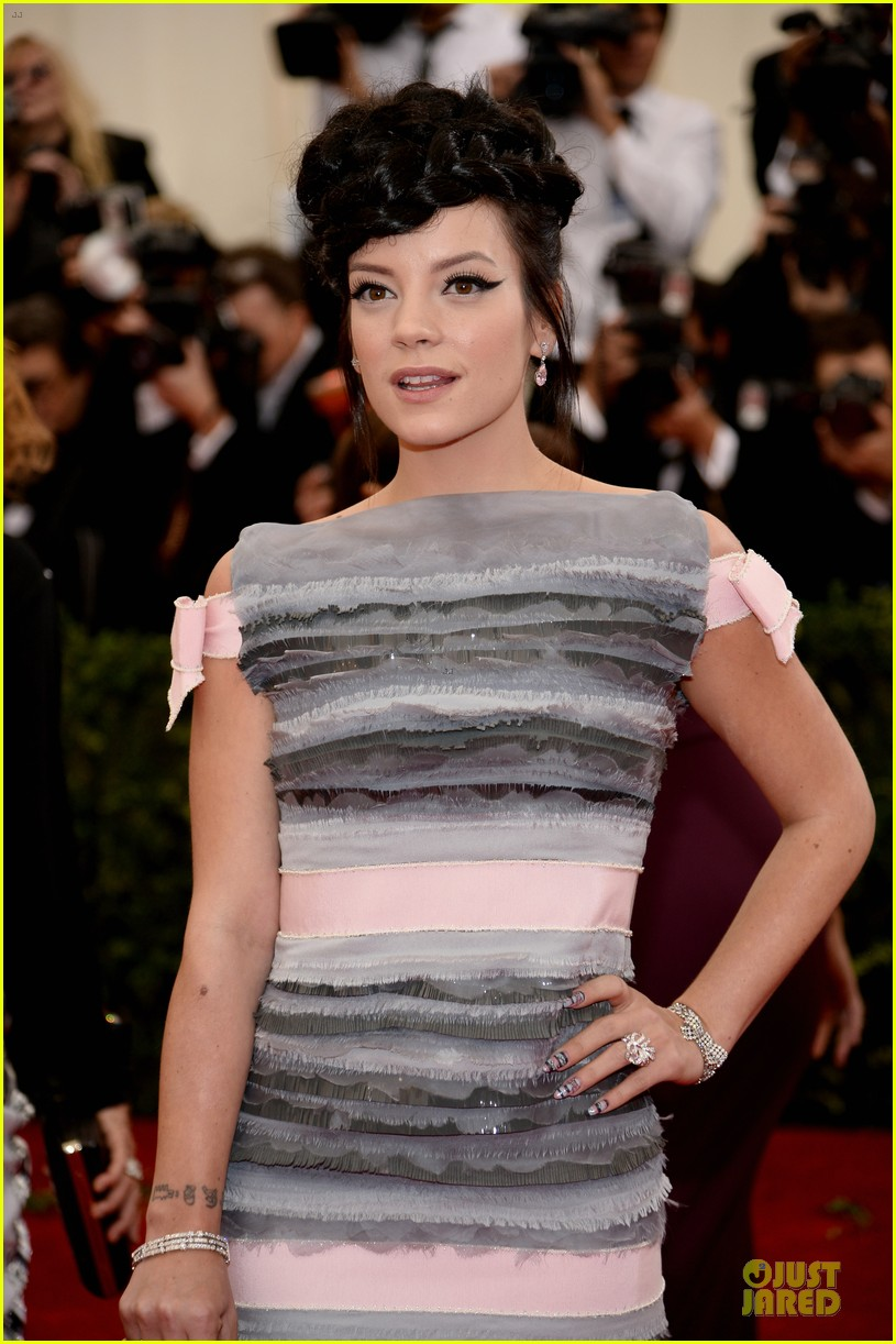 lily allen blends grey pink at met ball 2014 023106392