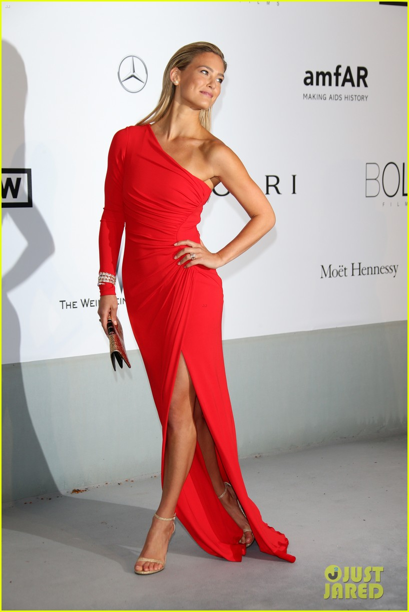 bar refaeli rosie huntington whiteley amfar gala 2014 013119956