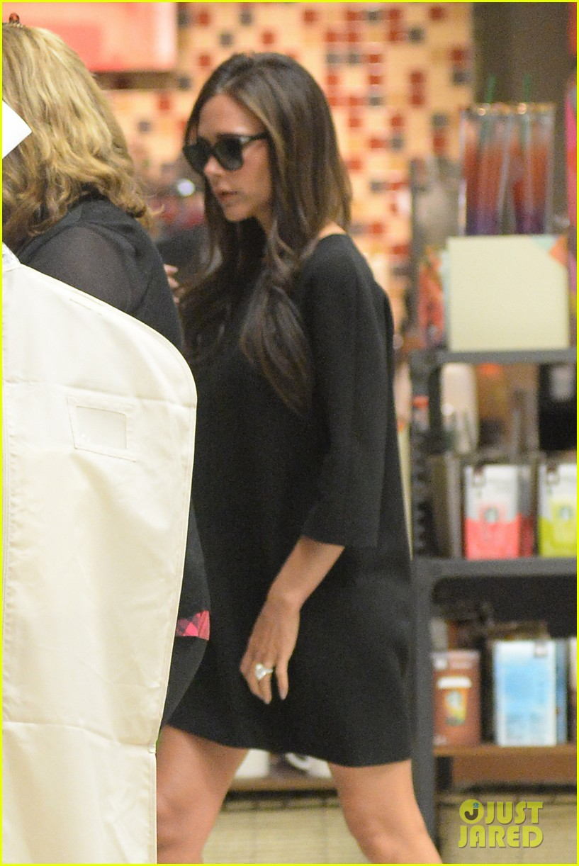 victoria david beckham arrive in nyc ahead of met ball 2014 09