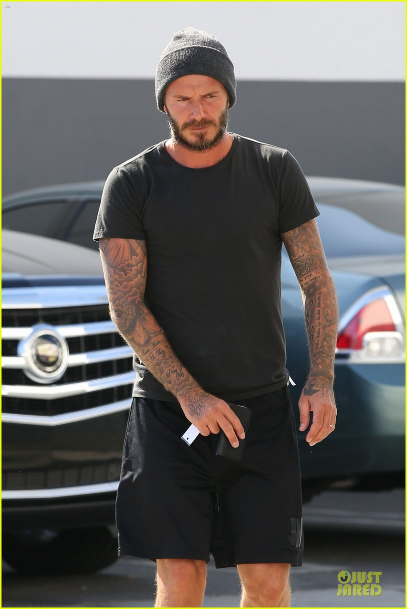 david beckham hiding something using smart phone 04