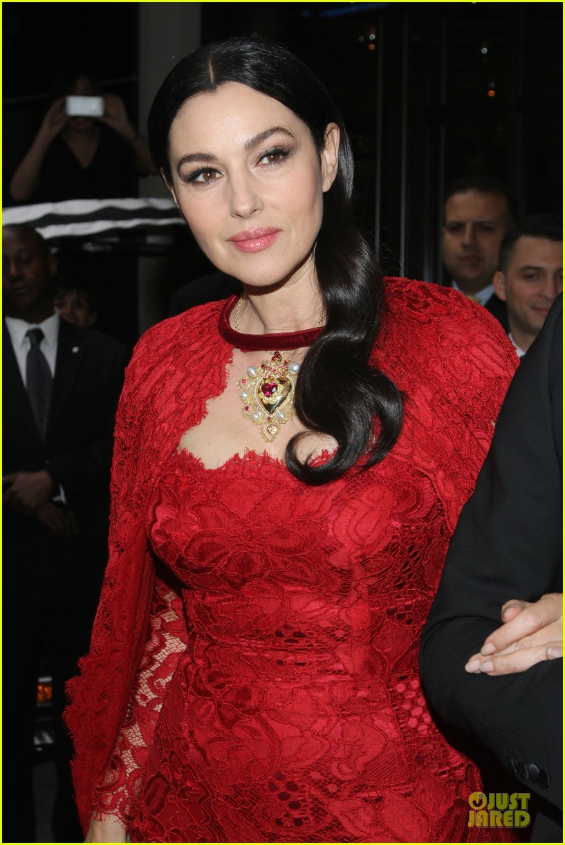 monica bellucci red cape met ball 2014 02