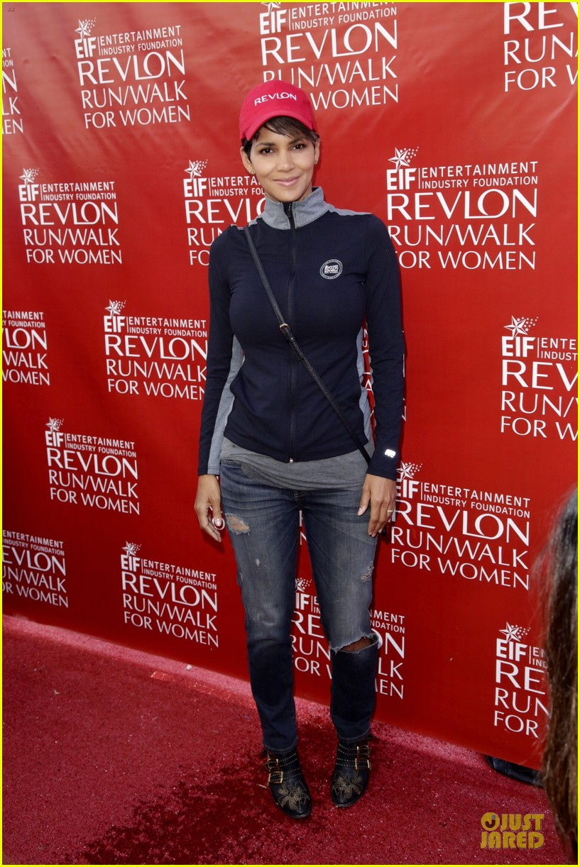 halle berry bruce willis wif revlon run 013110029