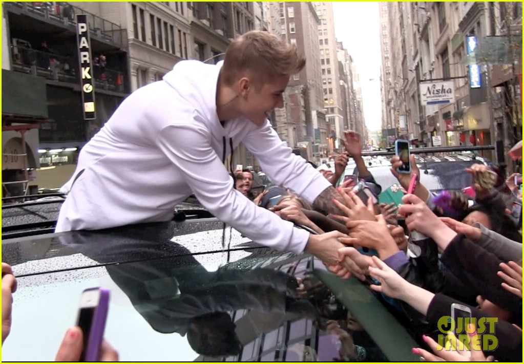justin bieber causes fan frenzy in nyc and loves it 03