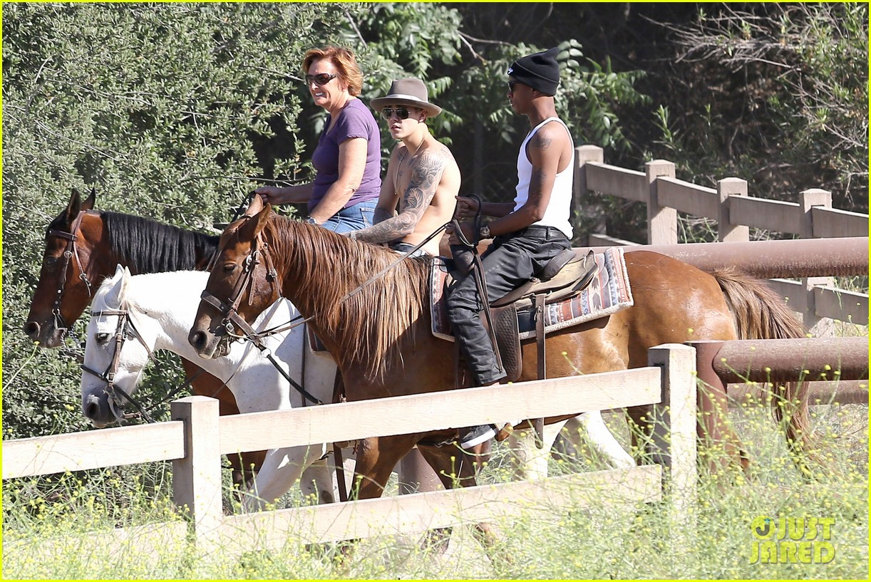 justin bieber shirtless horseback ride 12
