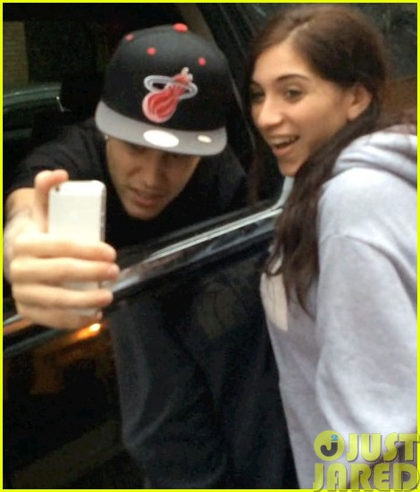 justin bieber takes selfies with fans no matter what the weather is like013115718