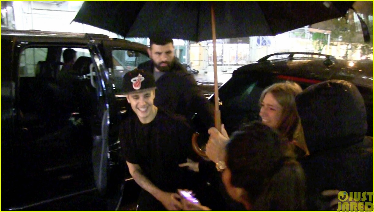 justin bieber takes selfies with fans no matter what the weather is like023115719