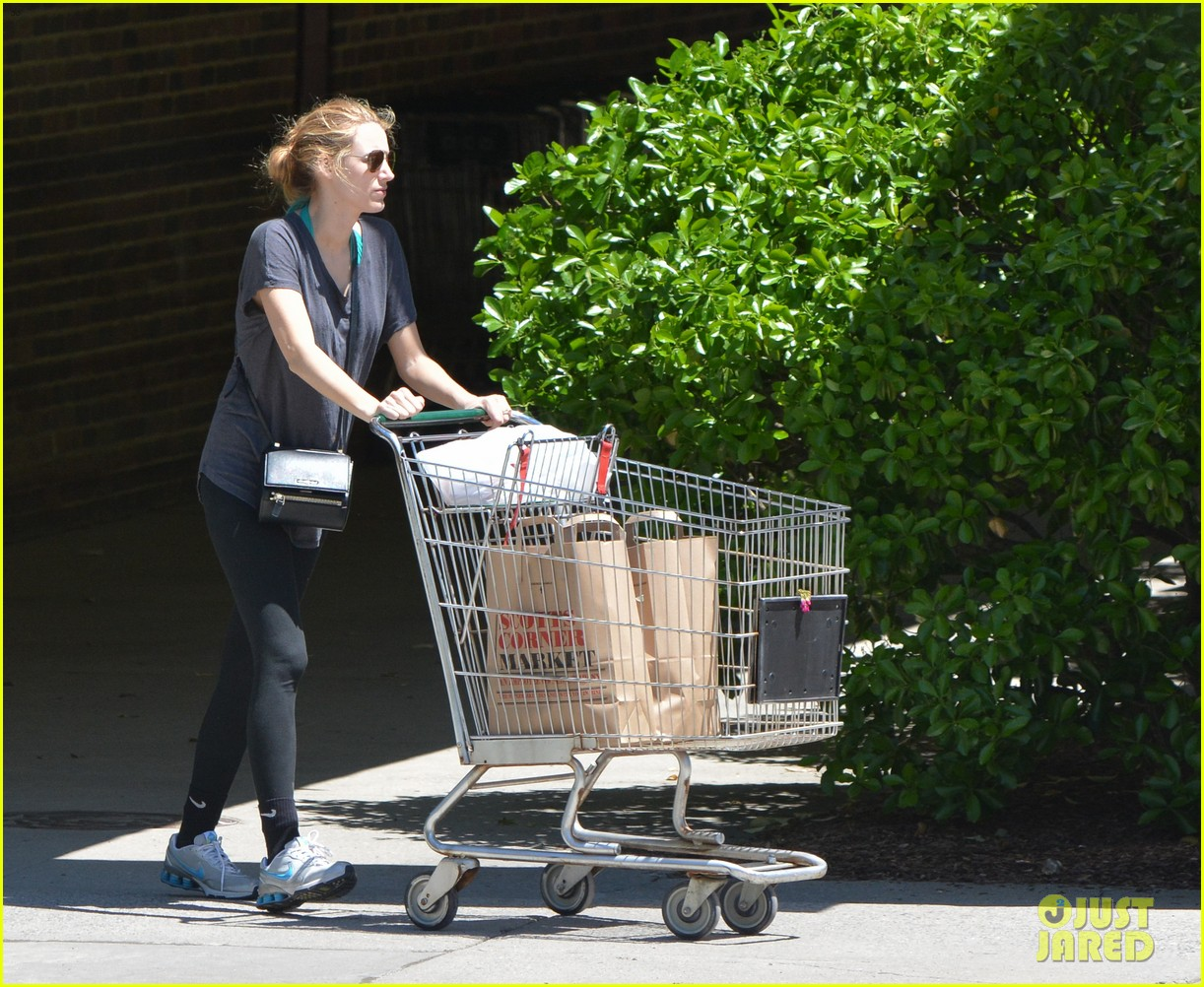 blake lively comfortable grocery shopping dogs 02