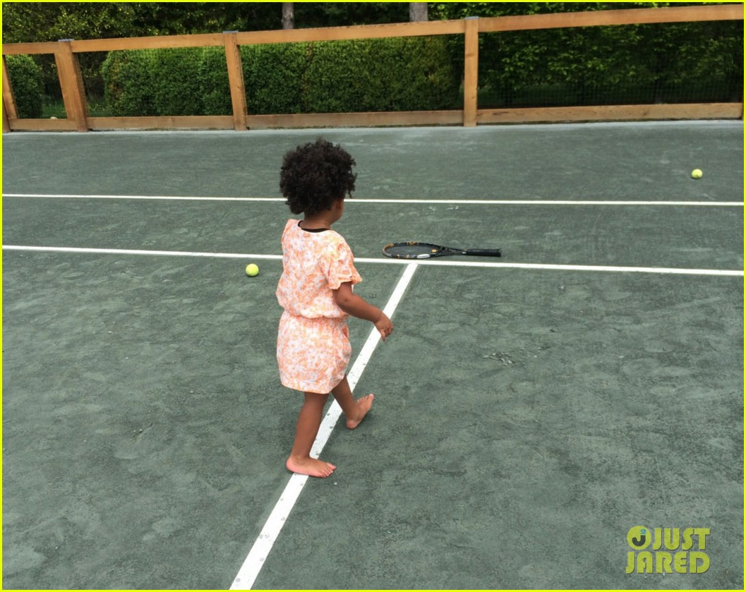 blue ivy carter walks in beyonces shoes 01
