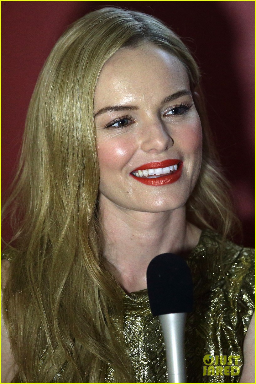 kate bosworth shimmers in singapore at skii fashion show 04