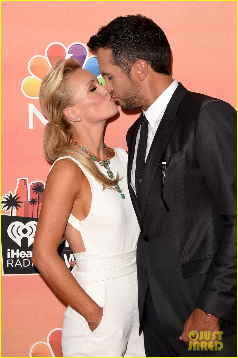 luke bryan wife caroline kiss at iheartradio music awards 2014 013103254
