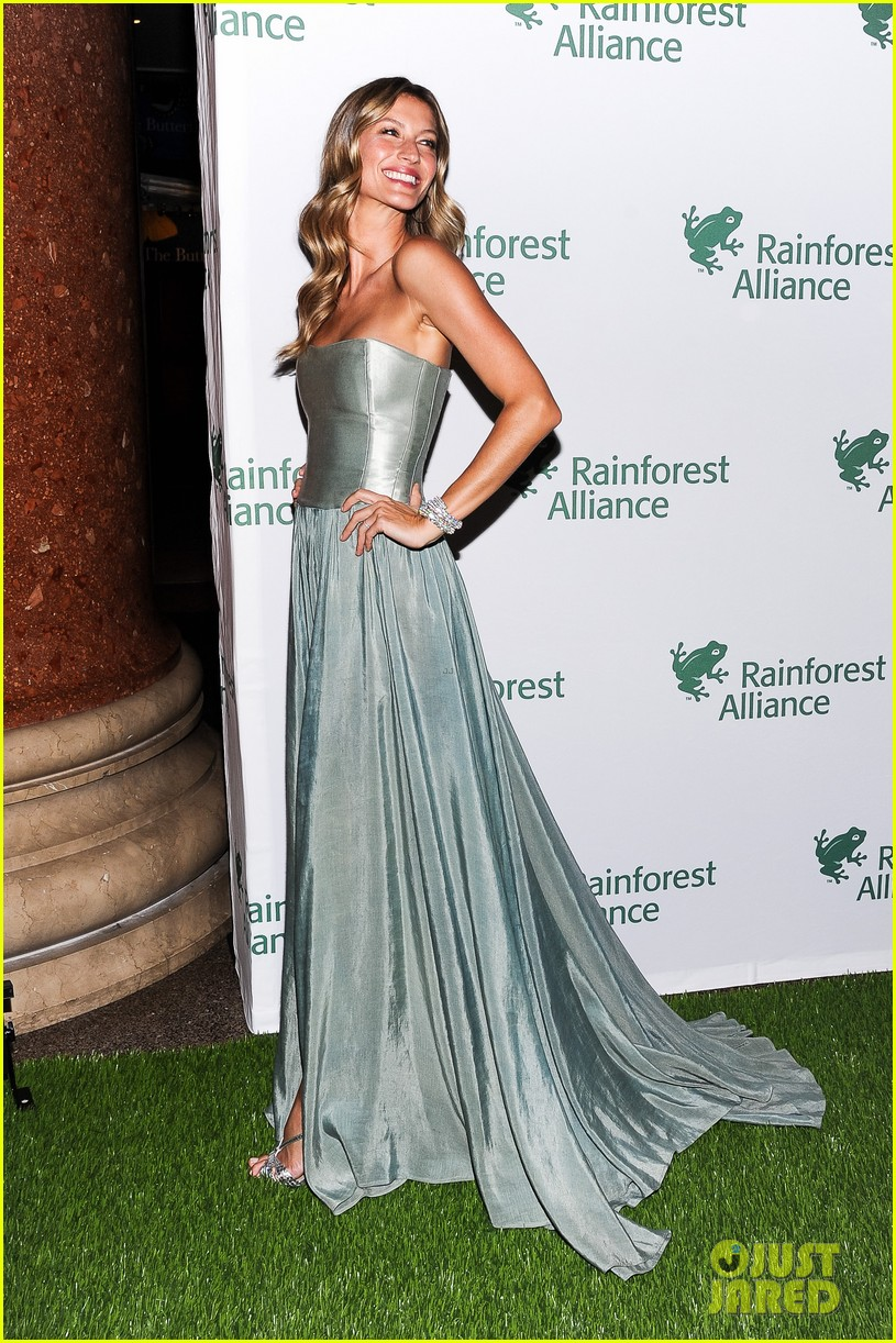 gisele bundchen playfully poses with her dress 13