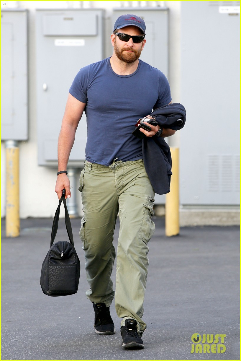 bradley cooper shows off his super beefed up body 08