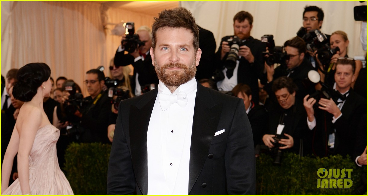 bradley cooper met ball 2014 red carpet 05