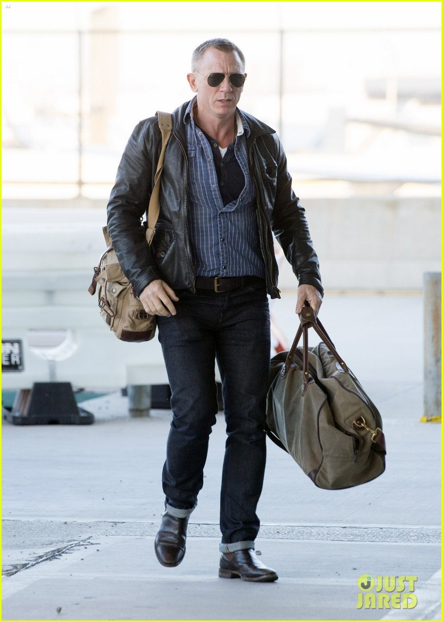 daniel craig keeps it cool for nyc departure 033117343