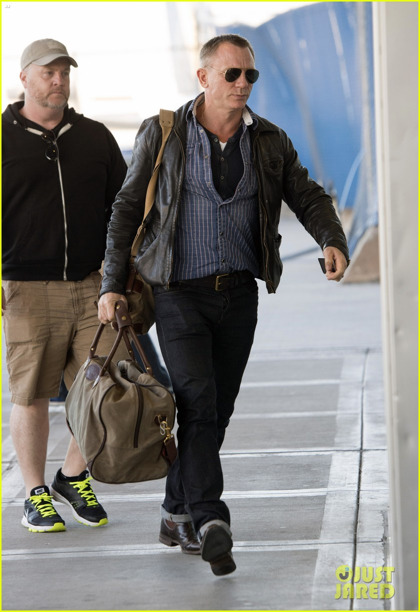 daniel craig keeps it cool for nyc departure 04