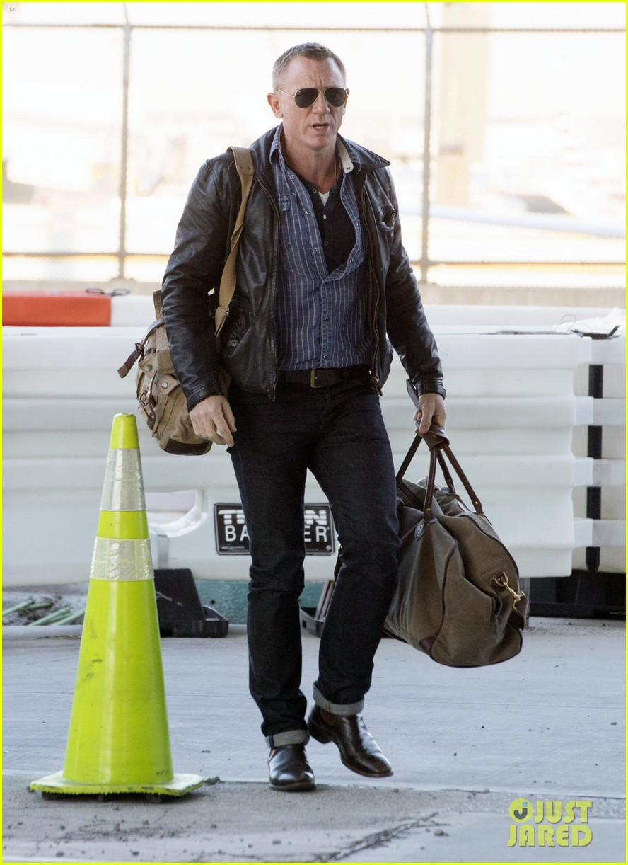 daniel craig keeps it cool for nyc departure 06