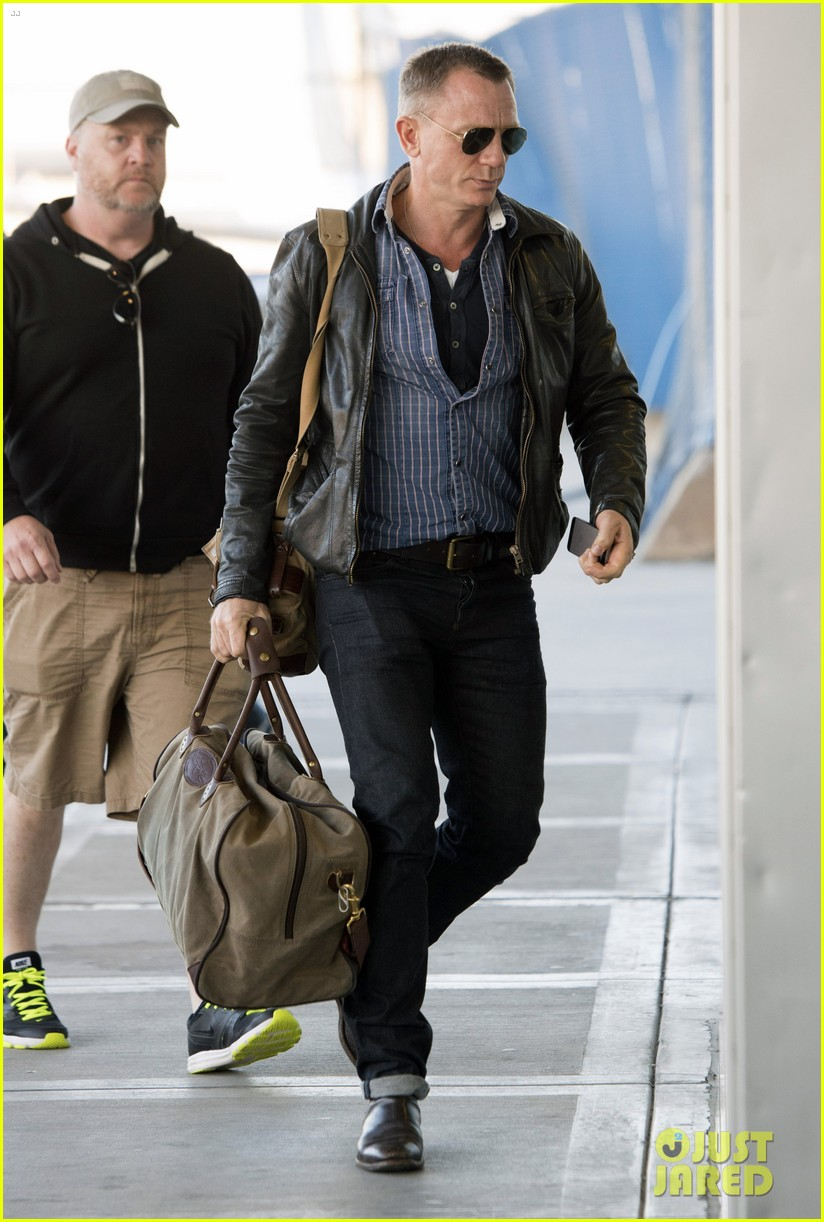 daniel craig keeps it cool for nyc departure 10