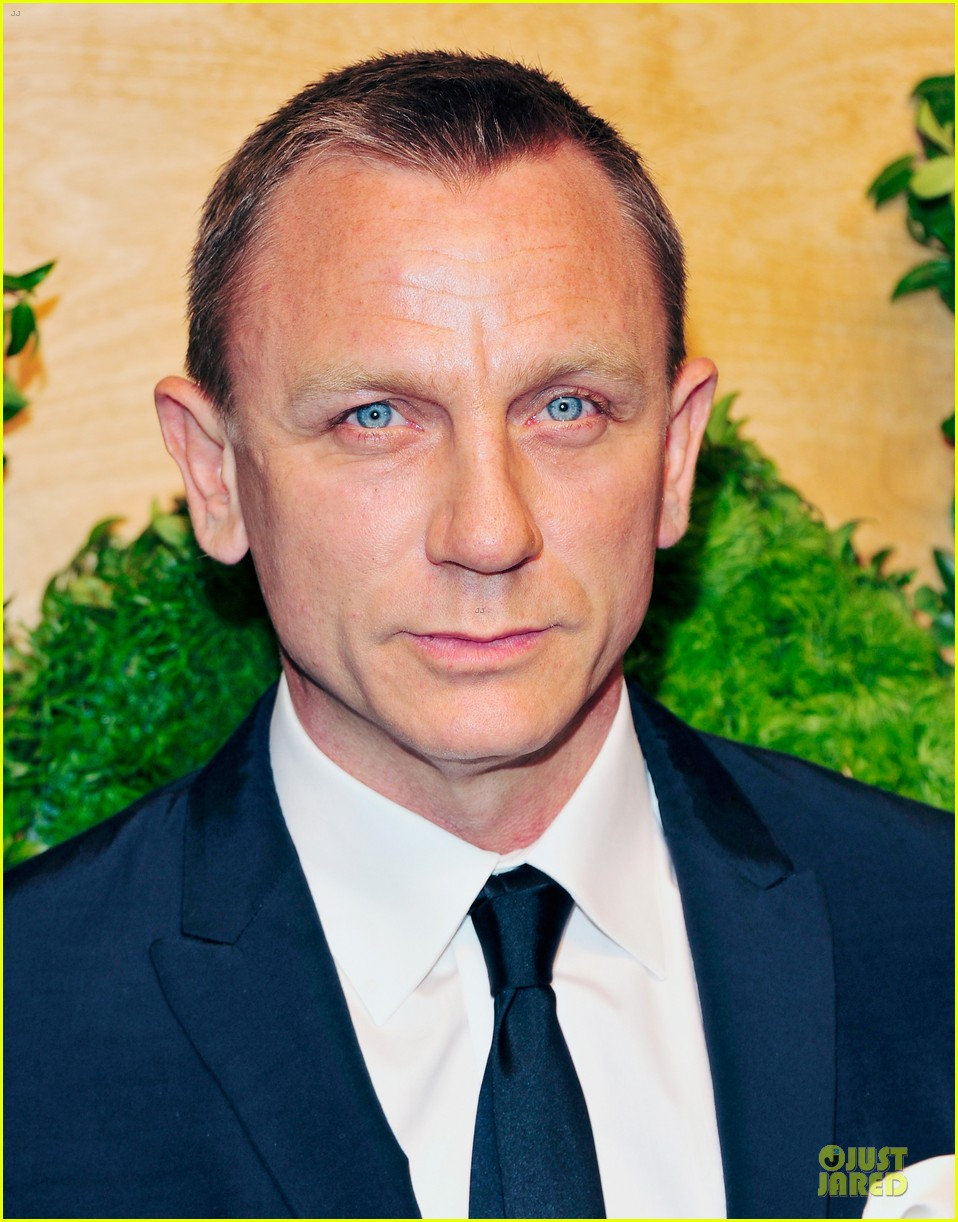 daniel craig maggie gyllenhaal party in the garden 02