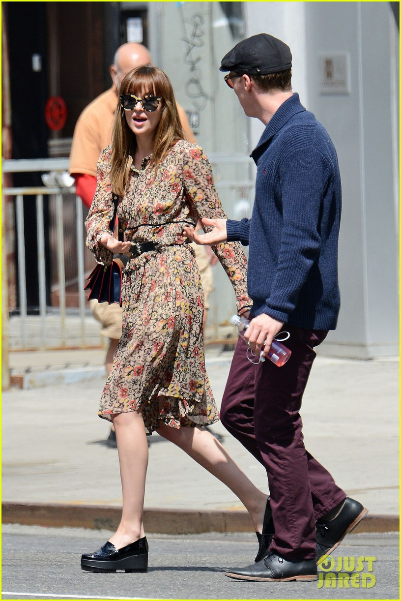 benedict cumerbatch lunches with dakota johnson decorates his face with napkins 023106976