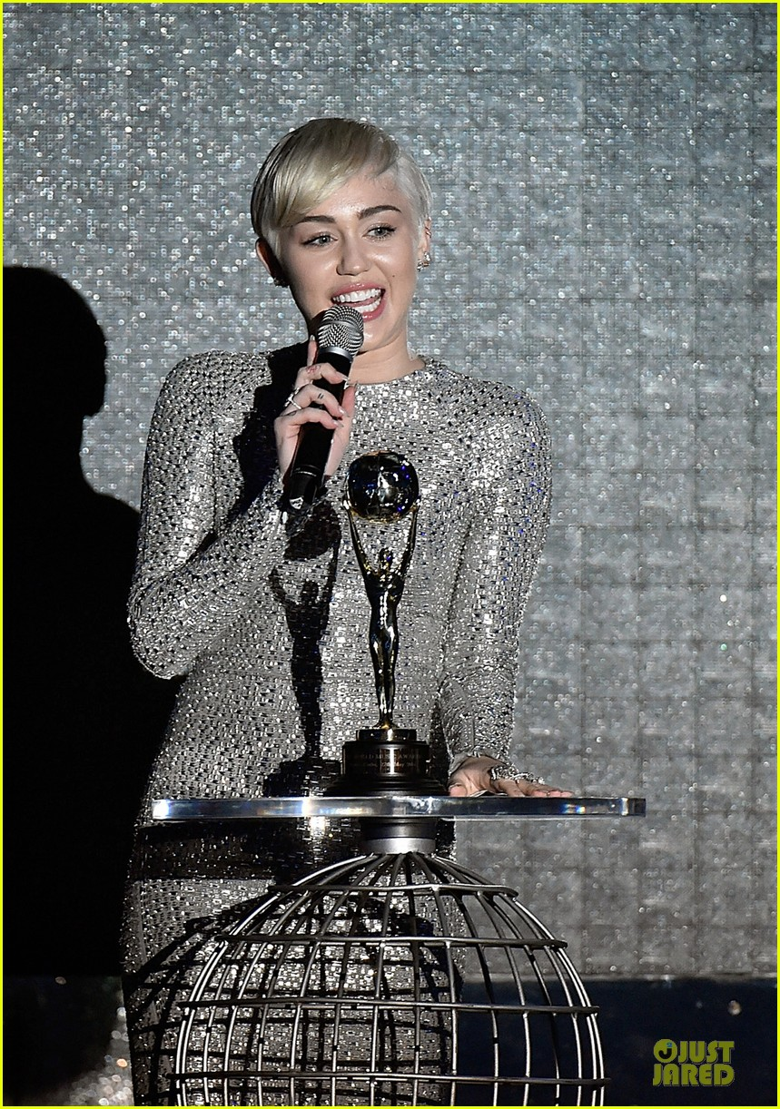 miley cyrus wins at world music awards 2014 04