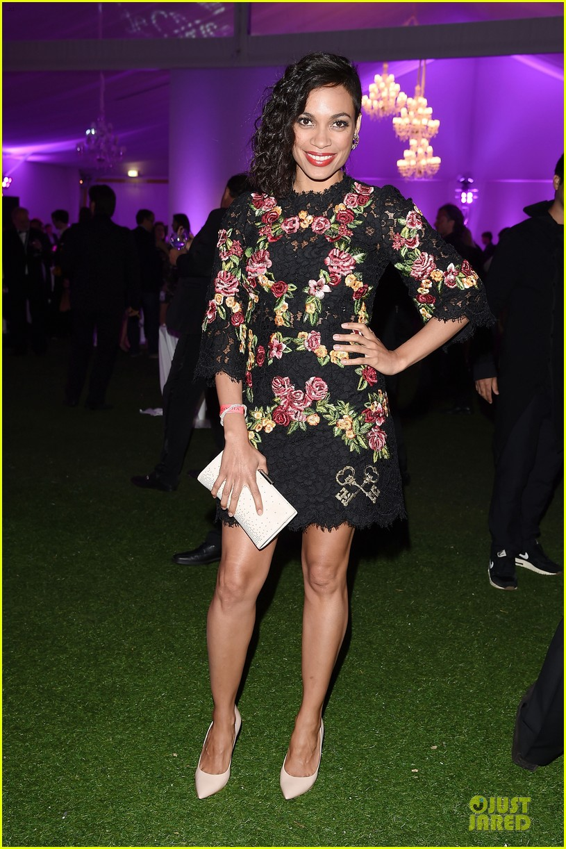 rosario dawson roses at expendables 3 dinner 01