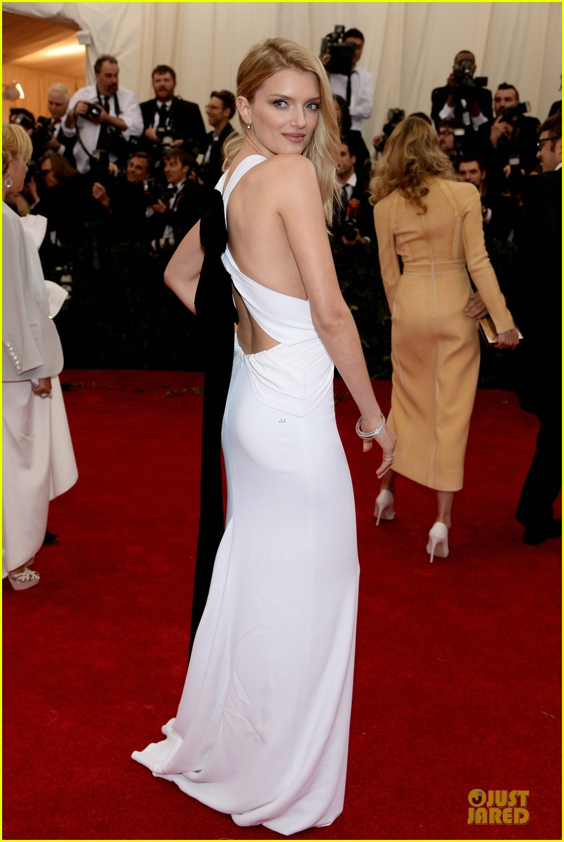 lily donaldson shows sideboob at met ball 2014 03