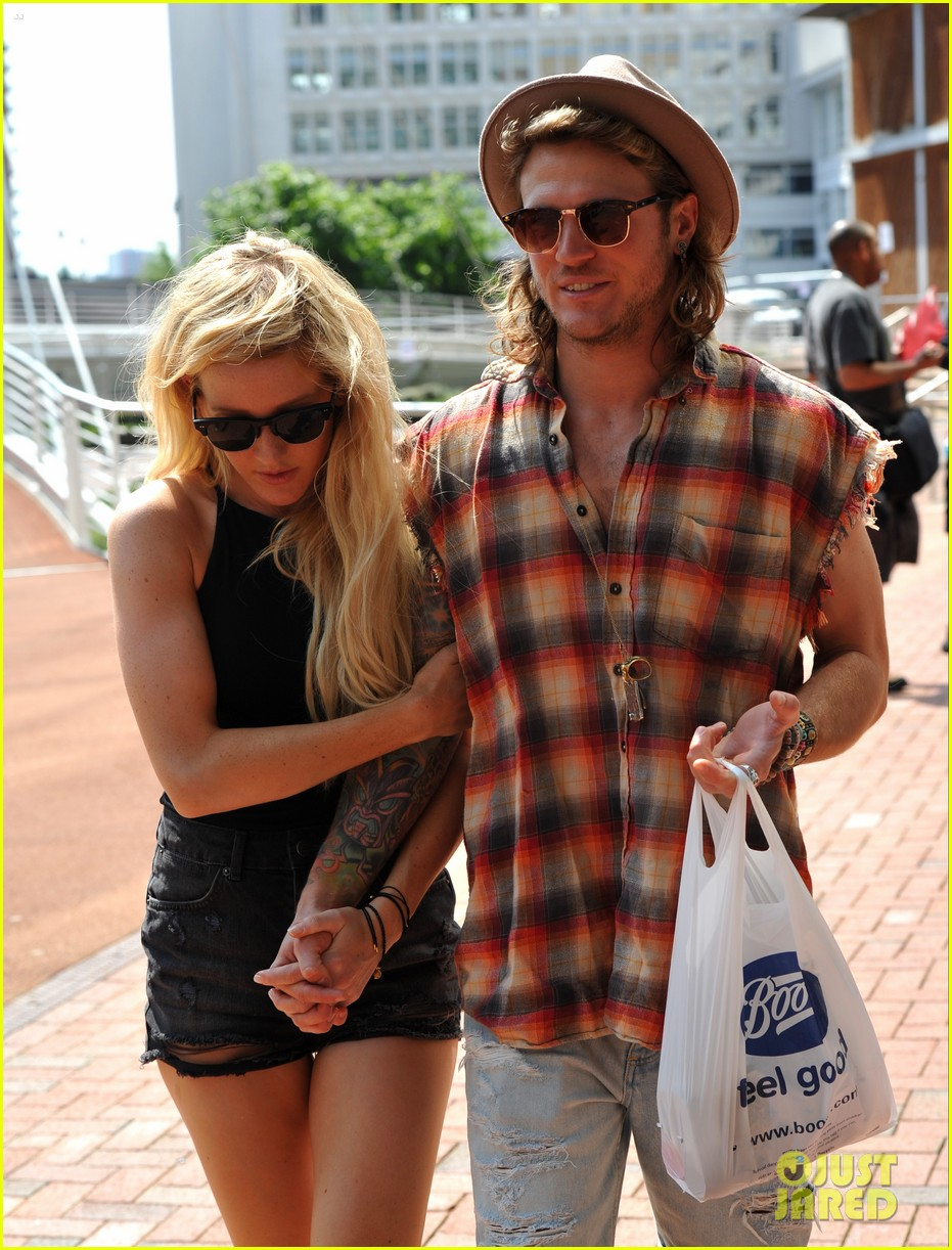 ellie goulding dougie poynter hands food 02