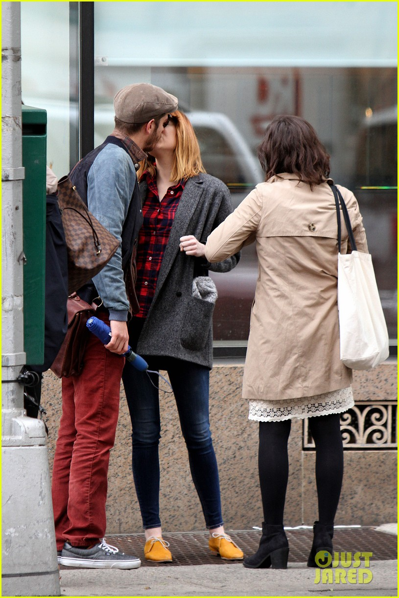 emma stone andrew garfield kiss mean tweets 04