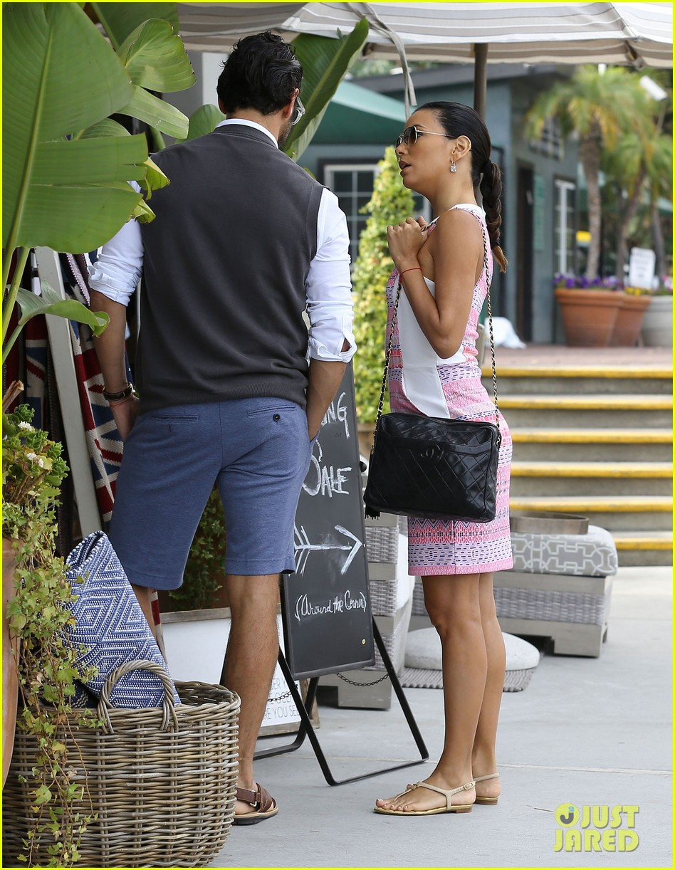 eva longoria cozy shopping boyfriend jose antontio baston 113122023