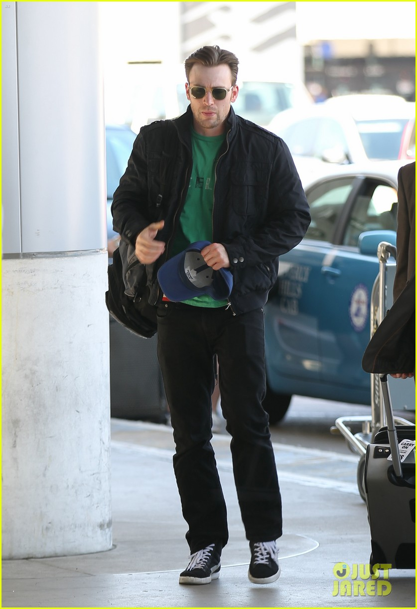 captain america takes flight chris evans keeps low profile at lax 02