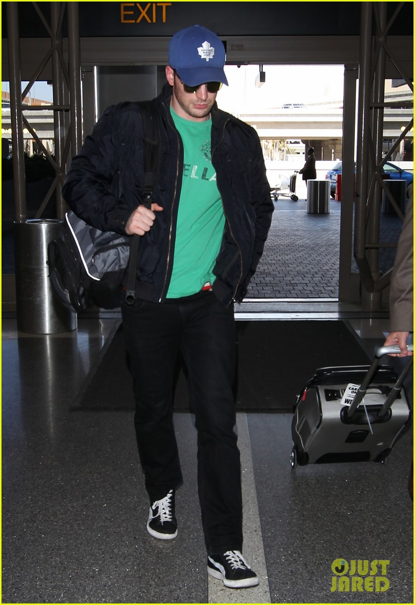 captain america takes flight chris evans keeps low profile at lax 03