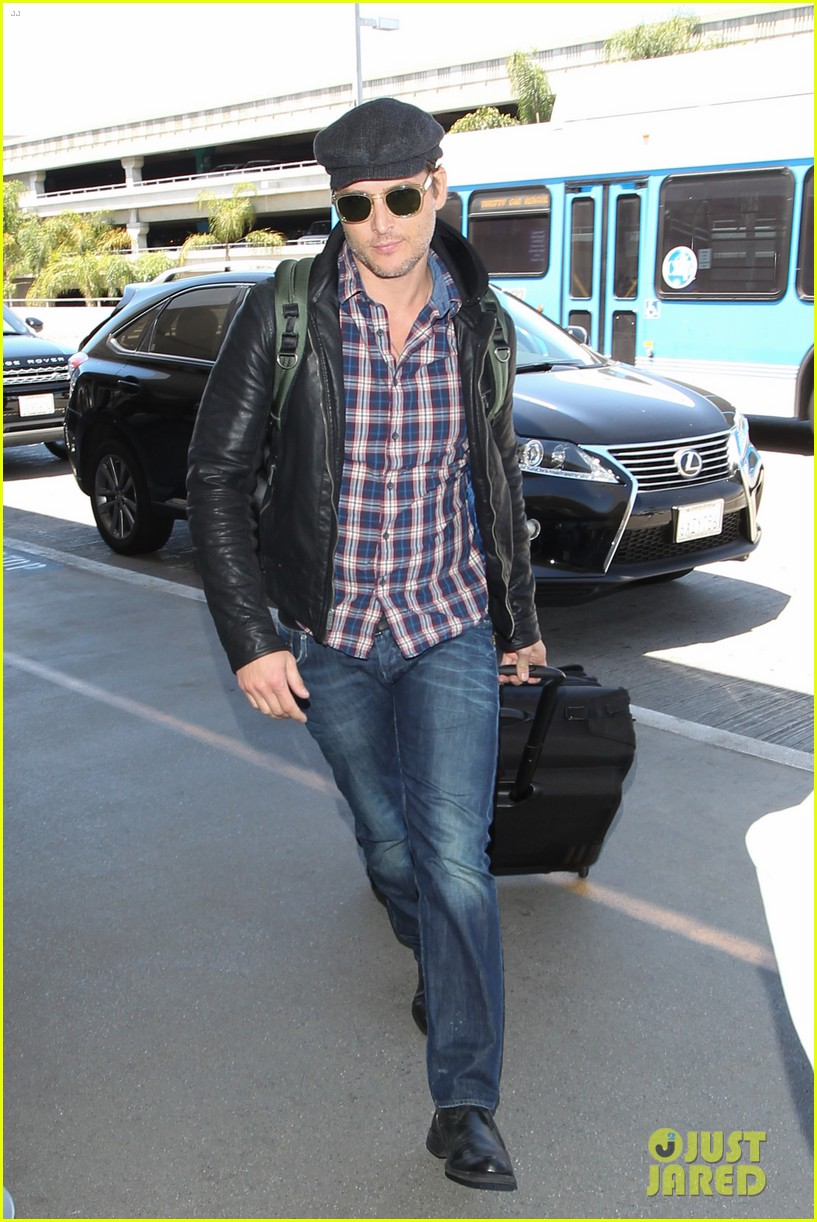 peter facinelli gives jaimie alexander a goodbye kiss at lax 01