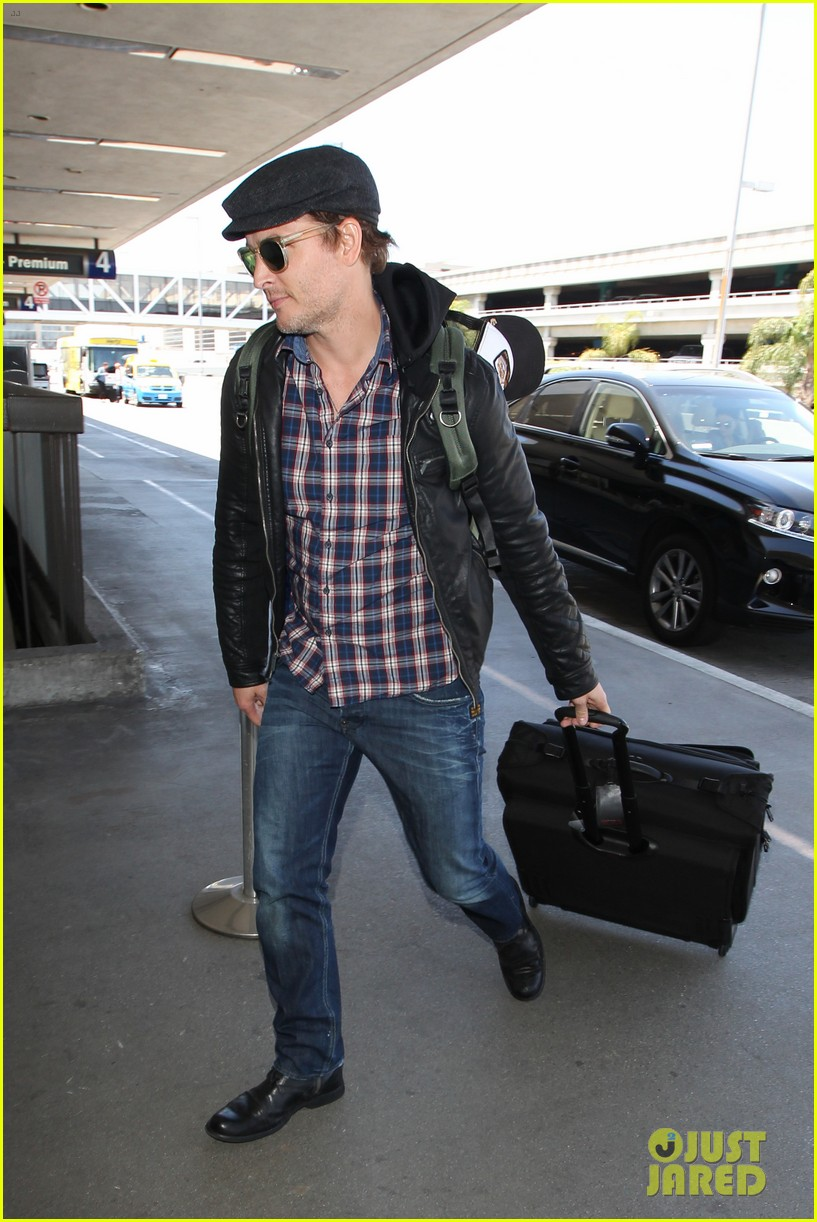 peter facinelli gives jaimie alexander a goodbye kiss at lax 06