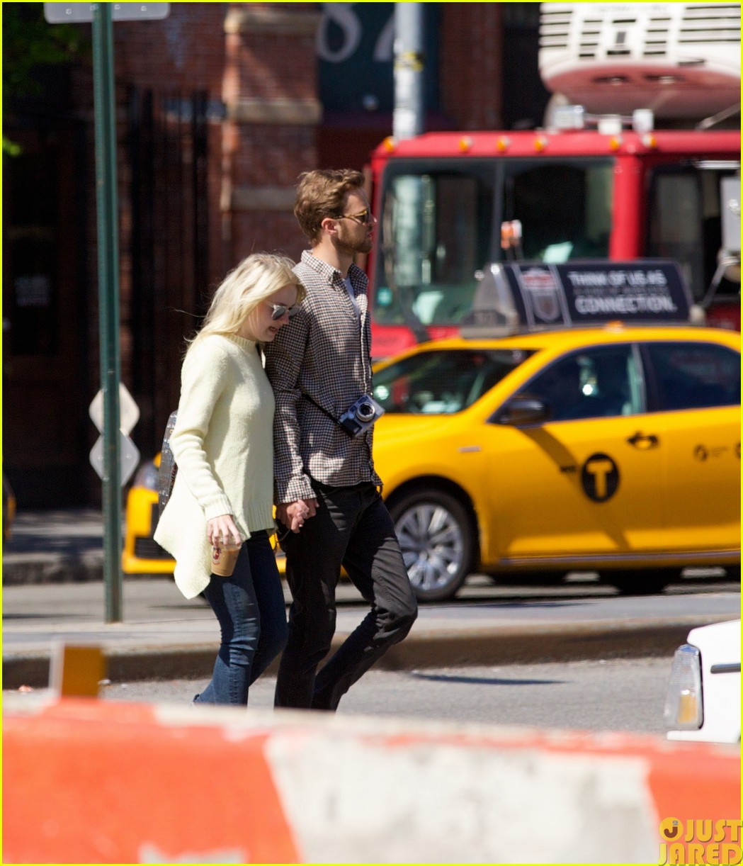 dakota fanning holds boyfriend jamies hand in nyc13