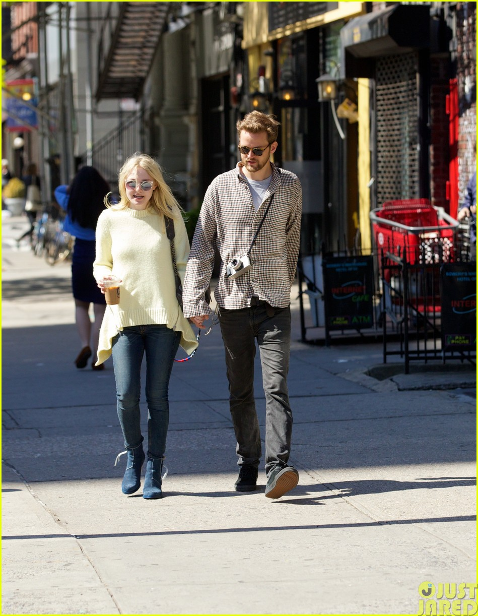 dakota fanning holds boyfriend jamies hand in nyc28