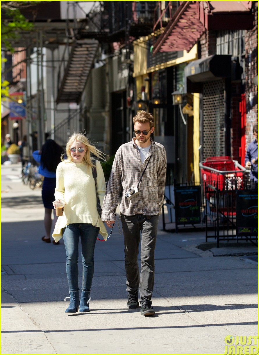 dakota fanning holds boyfriend jamies hand in nyc29