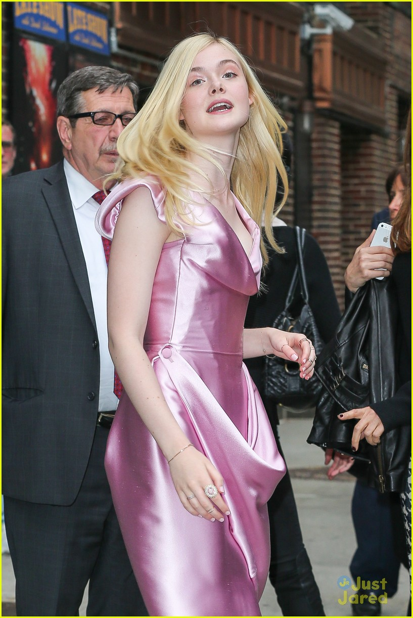 elle fanning letterman pink dress 02