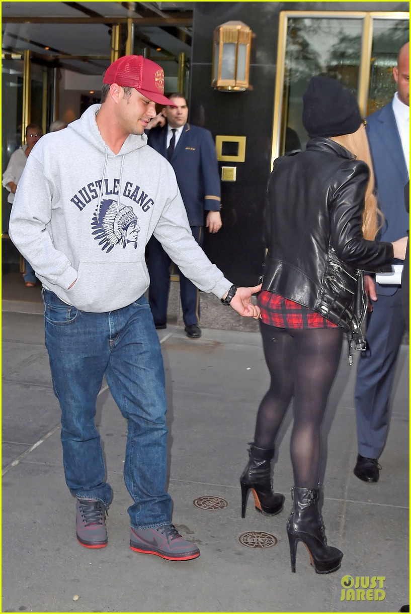 lady gaga butt pinched by taylor kinney 033112836