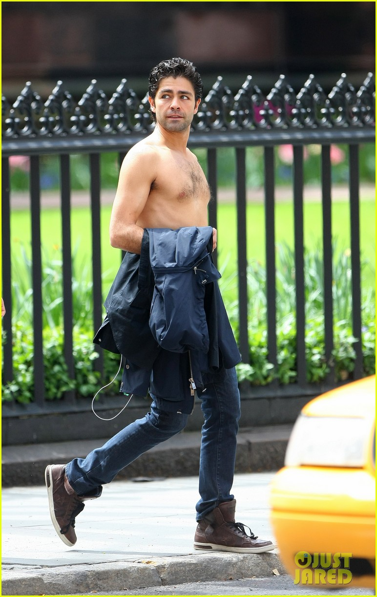 adrian grenier takes his shirt off while walking through nyc streets 113103740